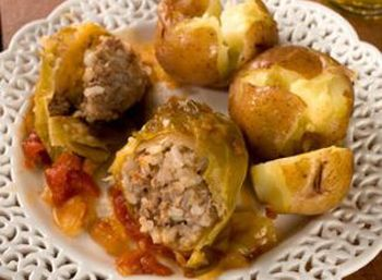 stuffed cabbage with tomato and apple